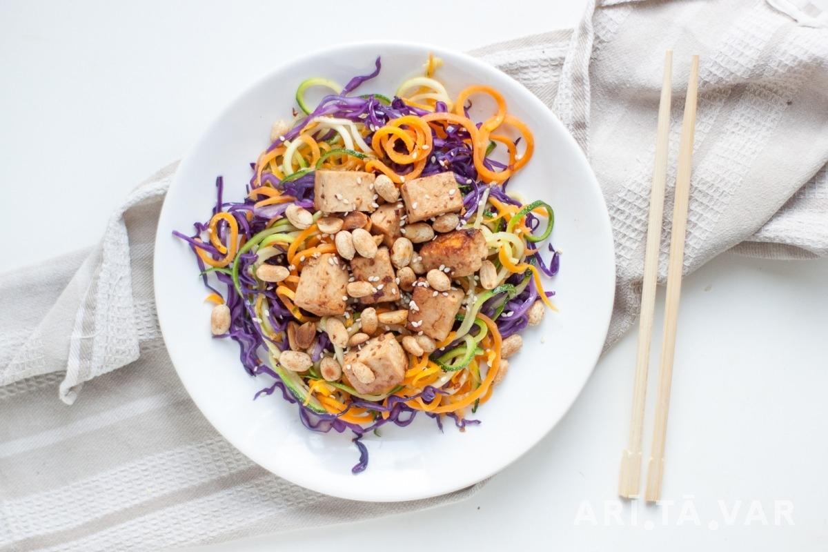 Krāsaino Dārzeņu Pad Thai ar Tofu un Zemesriekstiem